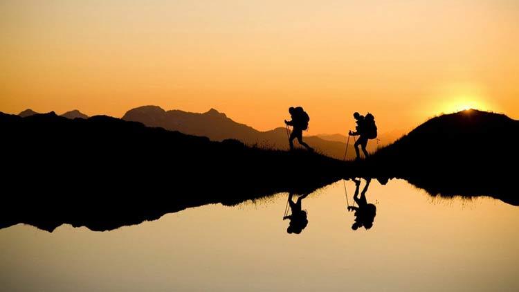 vaeltaminen auringonlaskussa